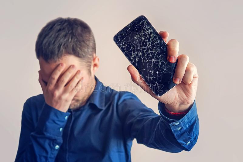 Người dùng vô tình làm rơi khiến mặt kính bị vỡ