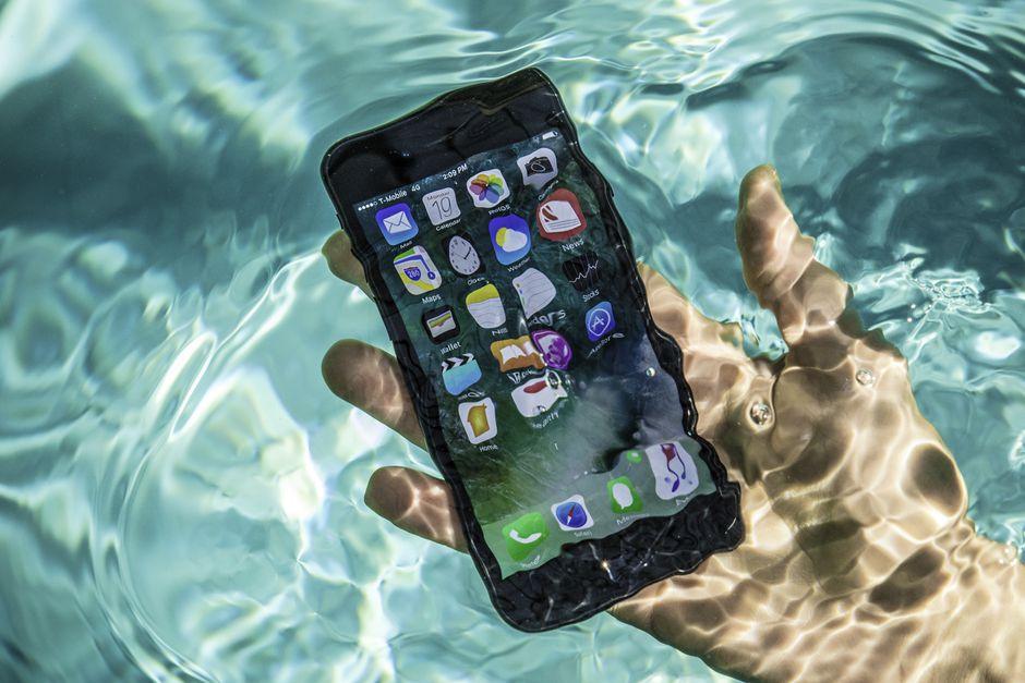 Điện thoại bị ngấm nước cũng là nguyên nhân hư hỏng màn hình