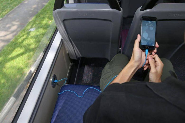 Vừa sạc vừa sử dụng điện thoại cũng khiến chất lượng pin bị giảm.